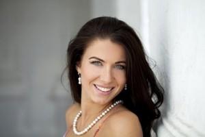 Hermosa mujer madura sonriendo frente a la camara